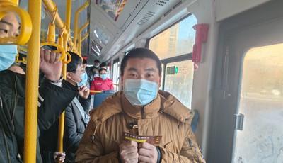 """温暖全城的部分""""推车侠""""现身了,是643路线的老乘客!"""