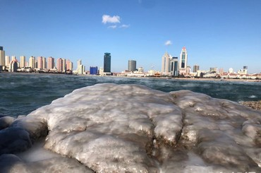 小青岛礁石冰冻 栈桥海浩似仙境