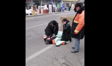 全城尋人!青島一男一女在-10℃路邊跪地搶救老人