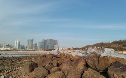 """气温降低 青岛石老人海水浴场东侧礁石再披""""冰甲..."""