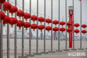 青岛街头:喜庆气氛迎春节