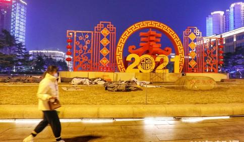 年味渐浓 五四广场上搭建起新年雕塑装饰