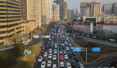 青岛:春节将至 交通忙碌