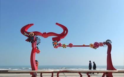 青岛雕塑园前海:气温回升 市民乐享春光