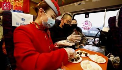 """【视频】萍水相逢一起包元宵,在火车上也能尝到""""家""""的味道"""