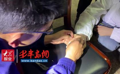 胶州:15岁女孩买合金指环卡住手指,消防队员连夜...