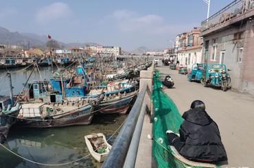 修好船补好网 青岛渔民准备出海