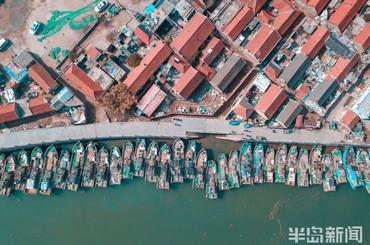 渔船与房屋齐列,海天一色美如画