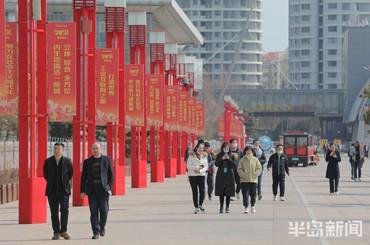青岛奥帆中心:市民海滨漫步享受春日