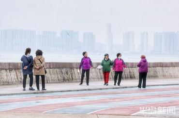 雨后空气清新 青岛市民海边漫步
