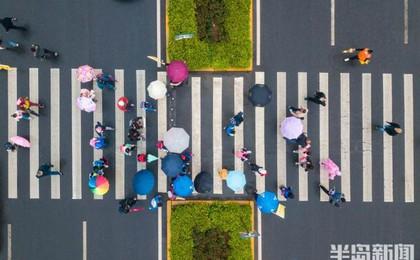 """青岛银川东路崂山区实验学校附近奏起雨中""""晨曲"""""""
