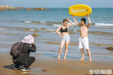 浪漫这一秒!青岛海滨不少新人拍摄婚纱照