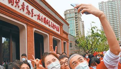 """看红色遗址、走""""红军路""""、唱红色歌谣……""""五一""""假期全国多地掀起红色旅游热潮"""