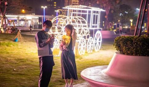 在石老人海水浴场 有青岛夏夜最迷人浪漫的风景