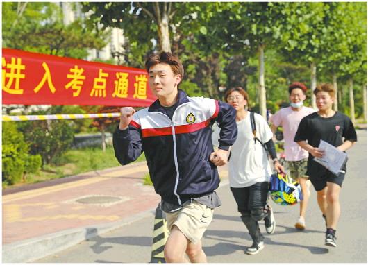 □记者卢鹏报道 6月7日,山东省夏季高考正式启幕。图为6日,几位考生跑步进入考点提前查看考场位置。