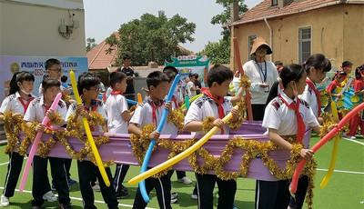 青岛市实验小学迎端午举办别样旱地龙舟赛