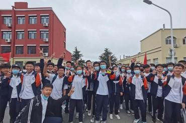 喜迎明日绽辉煌!青岛各校学生欢庆中考胜利