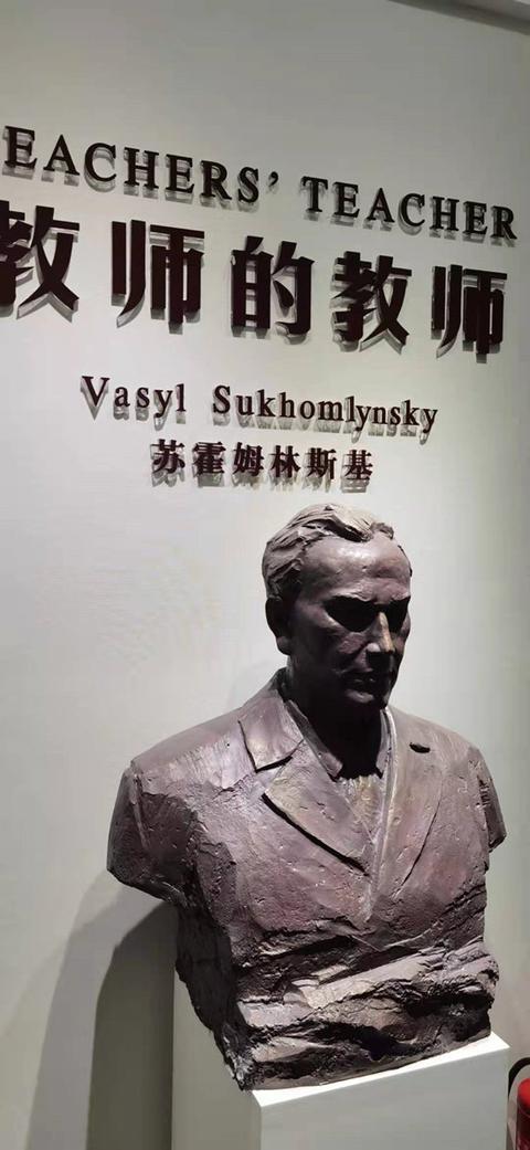 图四:中国教师博物馆里苏联著名教育家苏霍姆林斯基的塑像_副本.jpg