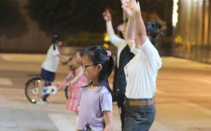 夜青岛,看这里⑨丨跳舞、遛娃、踢毽子……热闹夏...