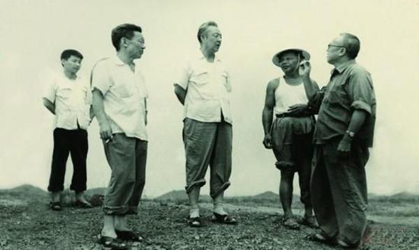 1978年8月,习仲勋(左三)在广东惠阳农村调研。习近平(左一)利用暑期时间参加社会实践,随同父亲一起下乡。