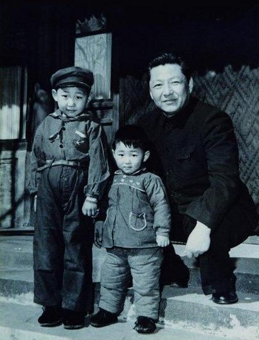 1958年,习仲勋与儿子习近平、习远平在一起。