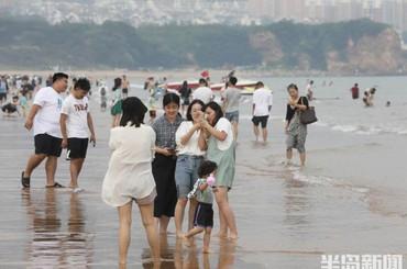 青岛:海滩逐浪消夏暑