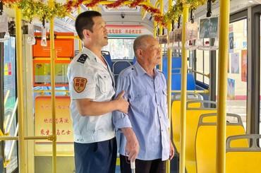 """青岛公交""""父子兵""""车厢里过节"""