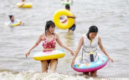 热浪 | 海滨度夏觅清爽!青岛市第六海水浴场游客...