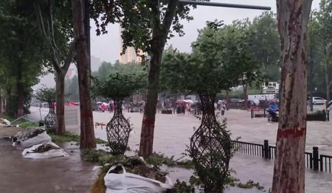 """直击郑州罕见强降雨:整座城都""""泡""""在水中"""