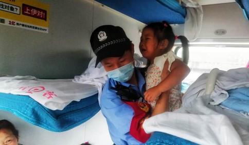 郑州暴雨致列车晚点40余小时850余人滞留 青岛乘警奔波在各节车厢……