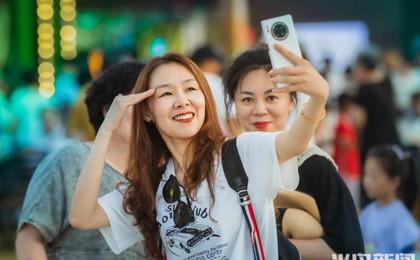 青岛国际啤酒节:游客尽情欢乐