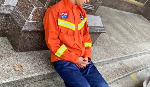 你们辛苦了!连夜救援后 山东消防员坐在路边睡着