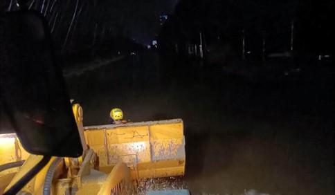 河南新乡一高校地下室深夜坍塌100名学生被困 青岛救援队开着铲车前来救援