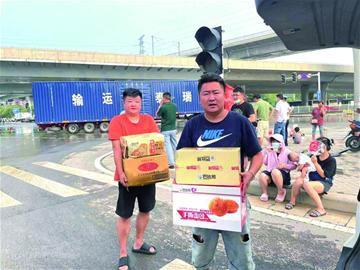 青岛俩小伙自驾赴郑州捐物资 赢得赞声一片