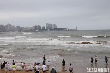 青岛前海风大浪急 大多数海水浴场封闭