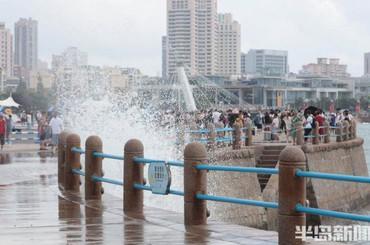 青岛前海海浪较大 市民游玩安全第一