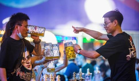 这就是山东·青岛|第31届青岛国际啤酒节进行过半 金沙滩啤酒城里的狂欢情绪依然高涨!