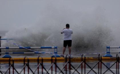 青岛前海浪大风急 注意安全!