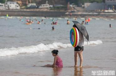 青岛:太阳当空照,浴场享清凉