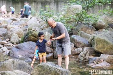 温度适宜景色宜人 家长带娃在九水景区畅玩