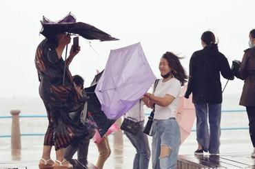 """青岛:风里雨里,""""安全伞""""撑起"""