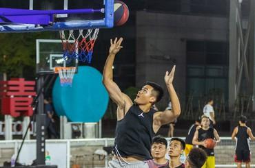 青岛:海边篮球场 越夜越凉爽