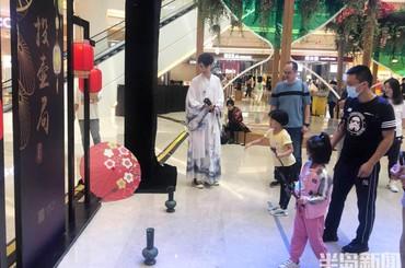 青岛:玩传统游戏 过中秋佳节