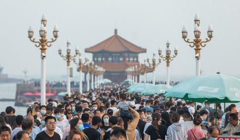 假期第一天 大批游客在青岛栈桥海滨游览观光