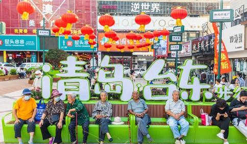 """中国红·齐鲁行丨创意座椅手绘地图,台东新景引来""""银发族"""""""