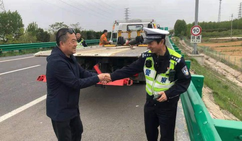 细节公布!为救执法对象,青岛交警李涌不幸从高速公路护栏摔下不幸牺牲