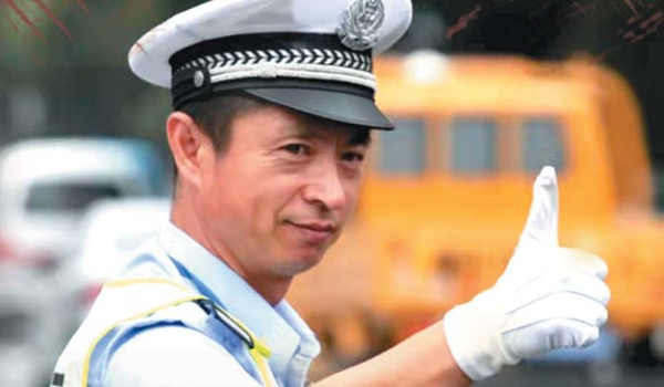 半岛9连版聚焦丨他就是人民心中人民警察的样子!为救执法对象 青岛交警李涌不幸牺牲