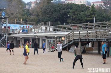 青岛第一海水浴场:市民晨练乐趣多